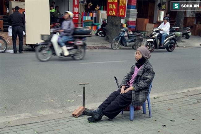 Cụ bà 88 tuổi vá xe trên phố Hà Nội và câu chuyện khiến nhiều bạn trẻ xấu hổ - Ảnh 3.