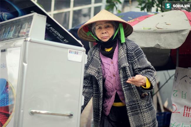 Cụ bà 88 tuổi vá xe trên phố Hà Nội và câu chuyện khiến nhiều bạn trẻ xấu hổ - Ảnh 6.