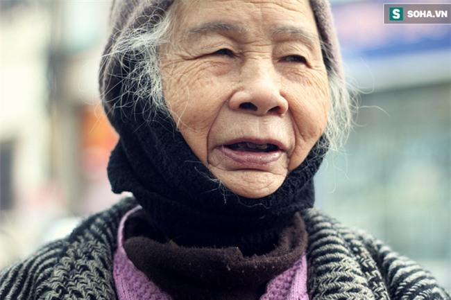 Cụ bà 88 tuổi vá xe trên phố Hà Nội và câu chuyện khiến nhiều bạn trẻ xấu hổ - Ảnh 7.