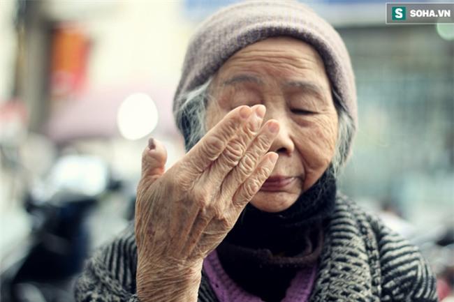 Cụ bà 88 tuổi vá xe trên phố Hà Nội và câu chuyện khiến nhiều bạn trẻ xấu hổ - Ảnh 9.