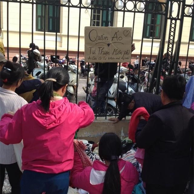 Quầy quần áo từ thiện tại phố Quán Sứ.