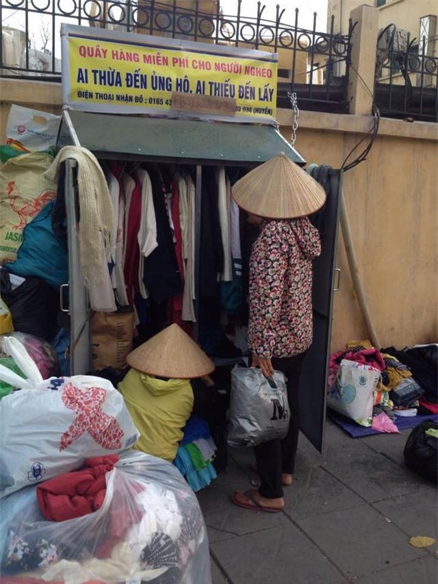 Quầy quần áo từ thiện tại đường Nguyễn Chí Thanh. Ảnh: Q.T