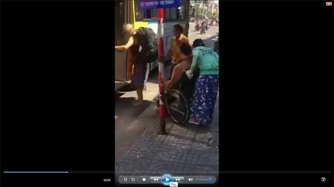 Vụ người tàn tật bị xe buýt bỏ rơi: Cửa hẹp không thể đưa xe lăn lên được? - Ảnh 1.