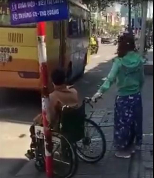 Vụ người tàn tật bị xe buýt bỏ rơi: Cửa hẹp không thể đưa xe lăn lên được? - Ảnh 2.
