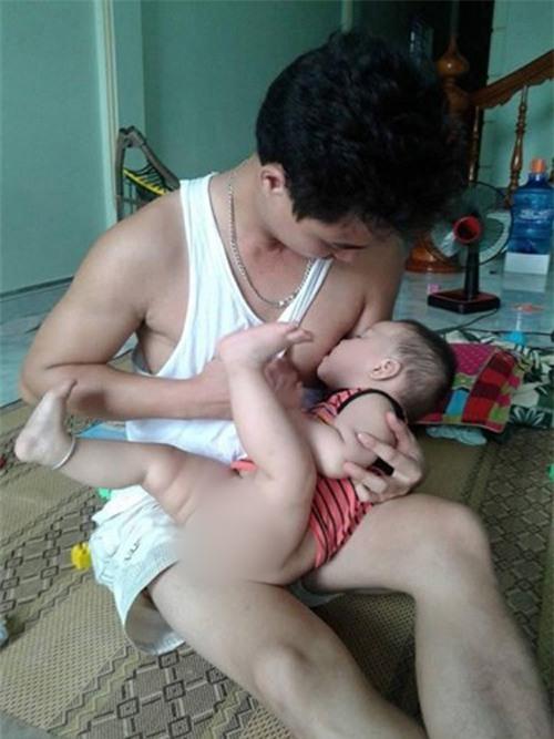 Khi mẹ vắng nhà thì đây là cách những ông bố cho con uống sữa - Ảnh 11.