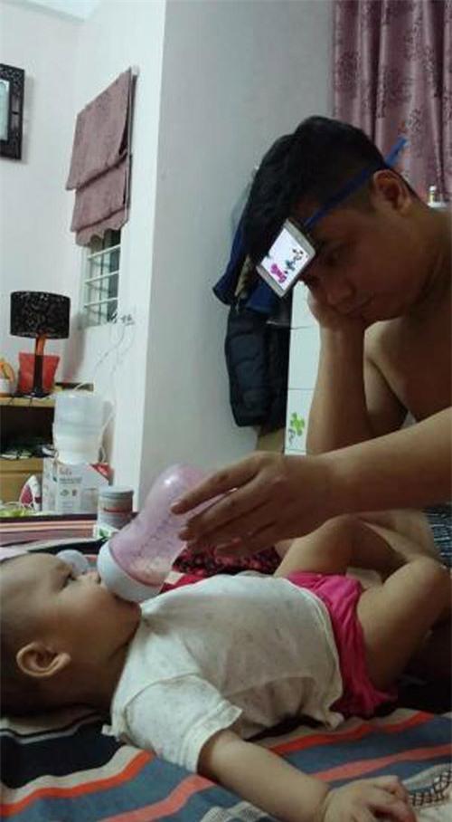 Khi mẹ vắng nhà thì đây là cách những ông bố cho con uống sữa - Ảnh 13.