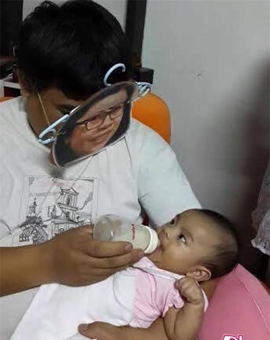 Khi mẹ vắng nhà thì đây là cách những ông bố cho con uống sữa - Ảnh 4.