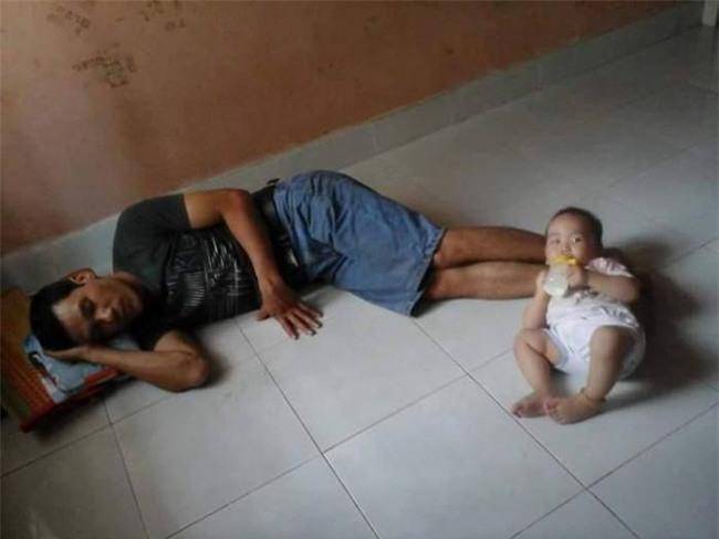 Khi mẹ vắng nhà thì đây là cách những ông bố cho con uống sữa - Ảnh 6.
