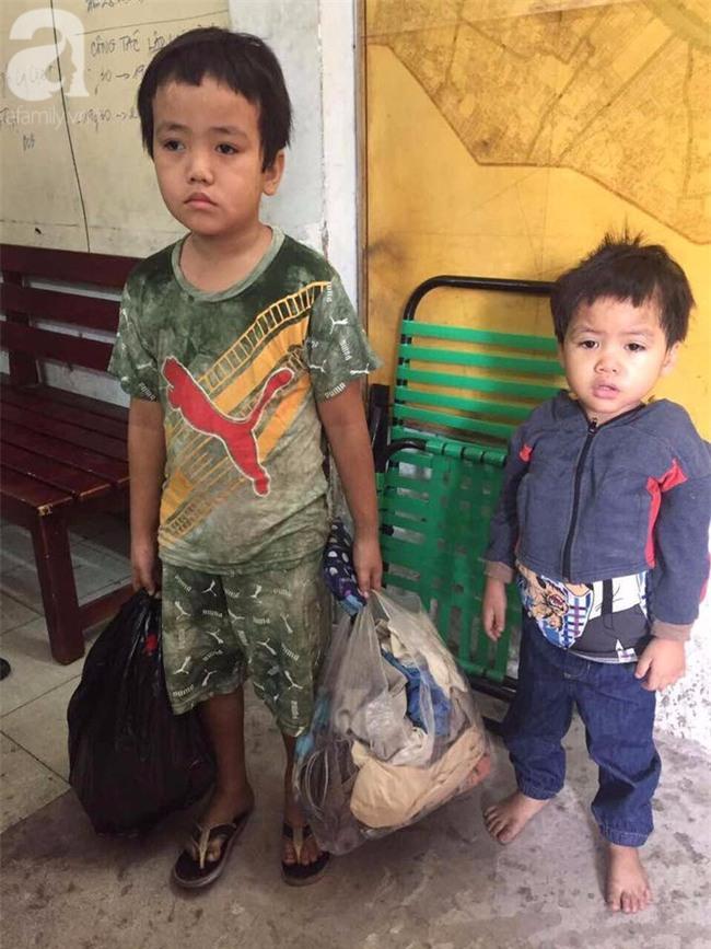 TPHCM: Bị bỏ rơi, hai bé trai 3 và 5 tuổi xách bịch đồ lang thang tìm bố mẹ lúc nửa đêm - Ảnh 1.