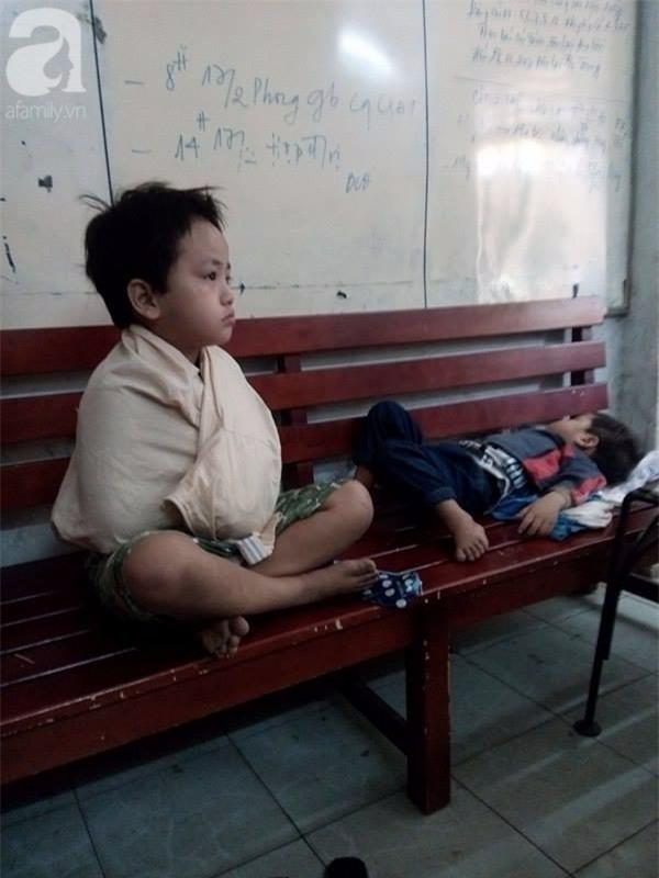TPHCM: Bị bỏ rơi, hai bé trai 3 và 5 tuổi xách bịch đồ lang thang tìm bố mẹ lúc nửa đêm - Ảnh 4.