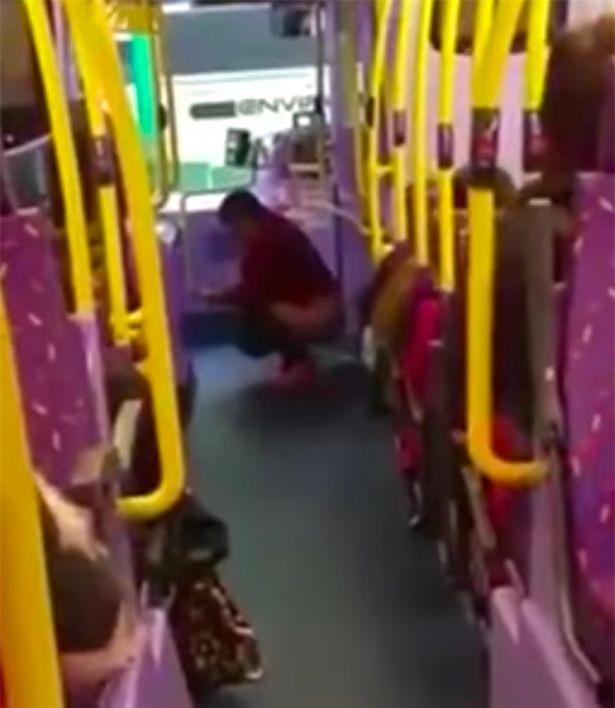 Đang trên xe bus đông người, người phụ nữ thản nhiên bĩnh ngay ra sàn xe - Ảnh 2.