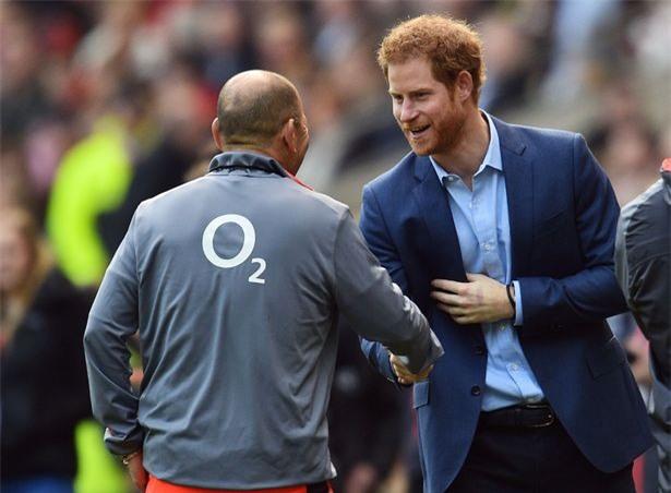 Fan Arsenal ấm lòng vì phản ứng tinh tế của Hoàng tử Harry - Ảnh 1.