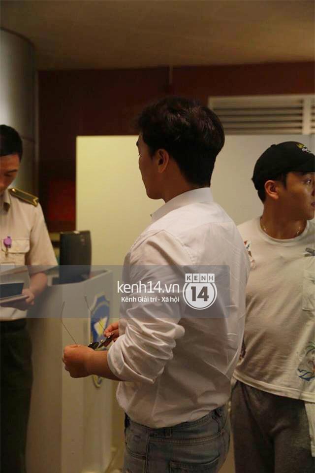 Cập nhật: Seungri diện áo sơ mi trắng soái ca, xuất hiện cực cool ngầu tại sân bay - Ảnh 10.