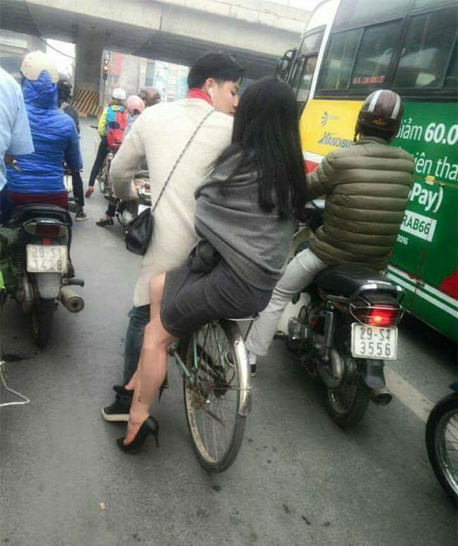 Cặp đôi gây chú ý khi ăn mặc hiện đại mà lại chở nhau trên chiếc xe đạp cọc cạch tróc sơn - Ảnh 1.