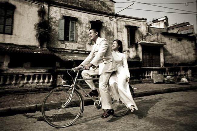 Cặp đôi gây chú ý khi ăn mặc hiện đại mà lại chở nhau trên chiếc xe đạp cọc cạch tróc sơn - Ảnh 2.
