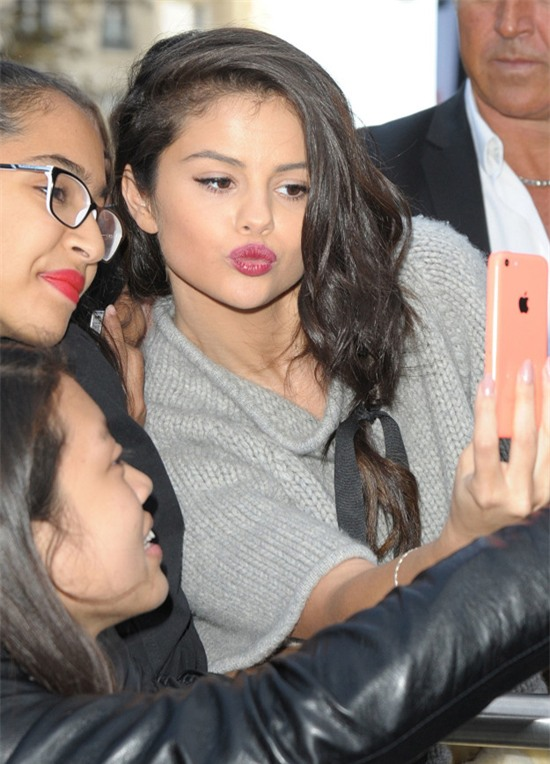 Selena Gomez chính là ngôi sao chăm tự sướng cùng fan nhất - Ảnh 1.