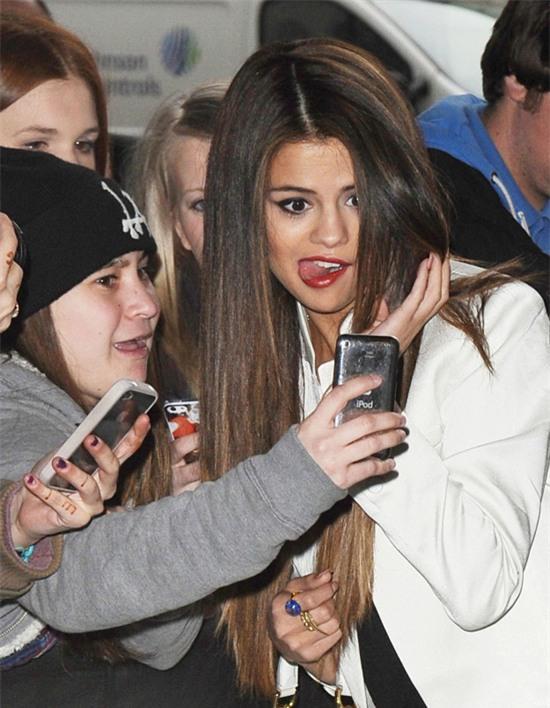 Selena Gomez chính là ngôi sao chăm tự sướng cùng fan nhất - Ảnh 6.