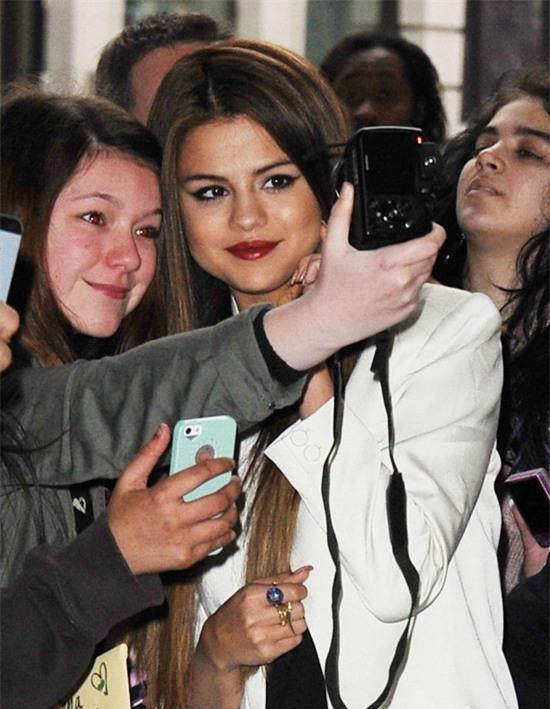 Selena Gomez chính là ngôi sao chăm tự sướng cùng fan nhất - Ảnh 12.