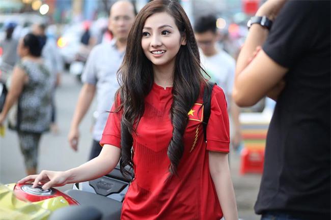 Hé lộ danh tính cô nàng áo đỏ xinh đẹp, cưỡi motor đi cổ động bóng đá - Ảnh 3.