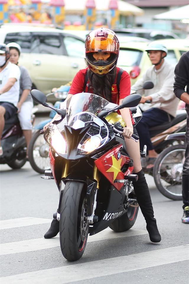 Hé lộ danh tính cô nàng áo đỏ xinh đẹp, cưỡi motor đi cổ động bóng đá - Ảnh 4.