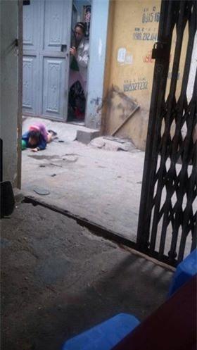 Phẫn nộ clip em bé bị mẹ đánh ở siêu thị tiếp tục bị bỏ mặc ngoài đường, nằm khóc nức nở - Ảnh 2.