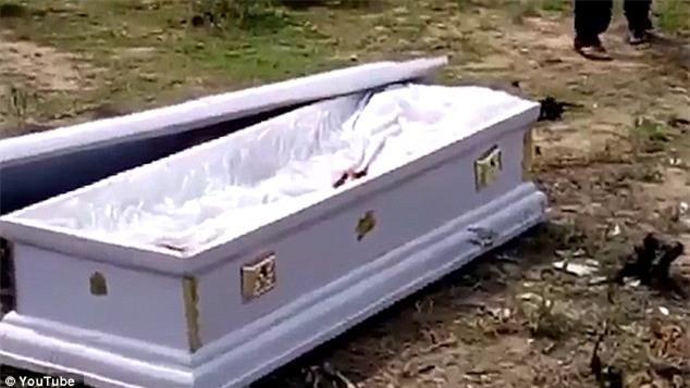 Xông vào cậy nắp quan tài, mang thi thể đi vì gia đình chưa trả tiền dịch vụ tang lễ - Ảnh 4.