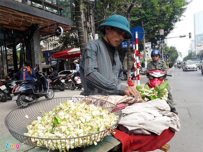 Kiem tien bang viec mang hoa buoi ra pho hinh anh 1