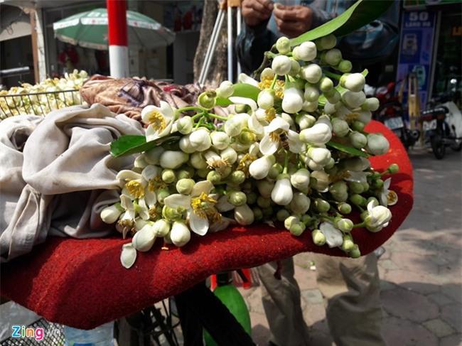 Kiem tien bang viec mang hoa buoi ra pho hinh anh 2