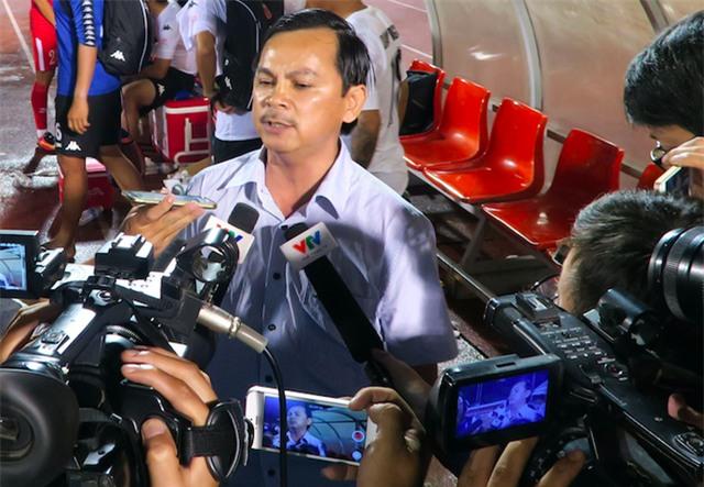 Chủ tịch CLB Long An Võ Thành Nhiêm gửi lời xin lỗi đến người hâm mộ (ảnh: Anh Hải)