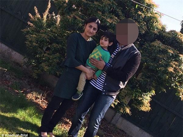 Khadijah Bilal chụp ảnh cùng chồng và con trai đầu long. Danh tính người chồng không được tiết lộ