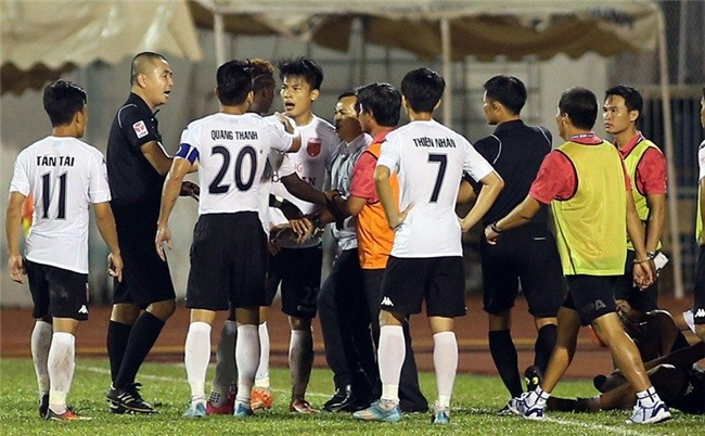 V-League 2017, sân Thống Nhất, Long An diễn trò hề, trọng tài Nguyễn Trọng Thư