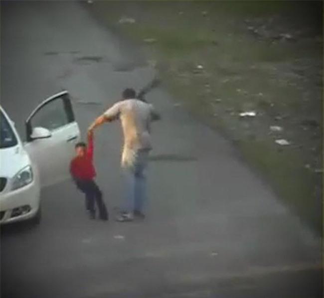 Cậu bé bị bạn trai của mẹ dùng dây thắt lưng quật hơn 62 lần chỉ trong 5 phút - Ảnh 2.