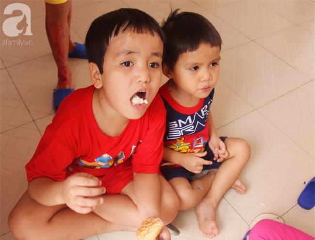 Hai bé trai 3 và 5 tuổi lang thang tìm bố mẹ lúc nửa đêm ở Gò Vấp giờ ra sao? - Ảnh 4.