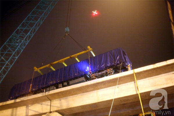 Hà Nội: Người dân đội mưa giữa đêm xem cẩu đầu tàu lên ray đường sắt trên cao - Ảnh 1.