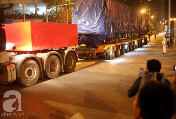 Hà Nội: Người dân đội mưa giữa đêm xem cẩu đầu tàu lên ray đường sắt trên cao - Ảnh 10.