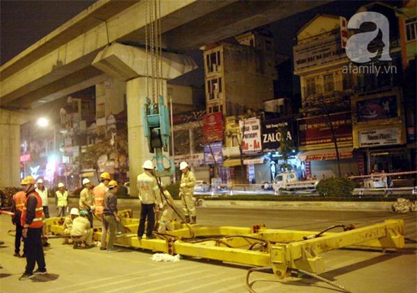 Hà Nội: Người dân đội mưa giữa đêm xem cẩu đầu tàu lên ray đường sắt trên cao - Ảnh 11.