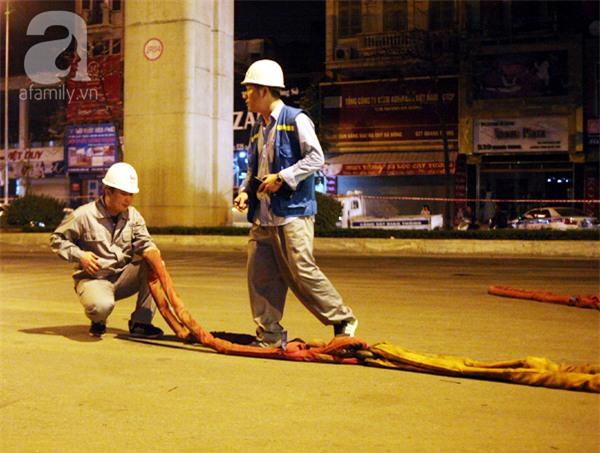 Hà Nội: Người dân đội mưa giữa đêm xem cẩu đầu tàu lên ray đường sắt trên cao - Ảnh 12.