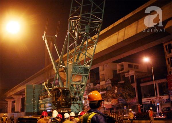 Hà Nội: Người dân đội mưa giữa đêm xem cẩu đầu tàu lên ray đường sắt trên cao - Ảnh 13.