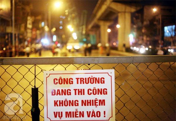 Hà Nội: Người dân đội mưa giữa đêm xem cẩu đầu tàu lên ray đường sắt trên cao - Ảnh 14.