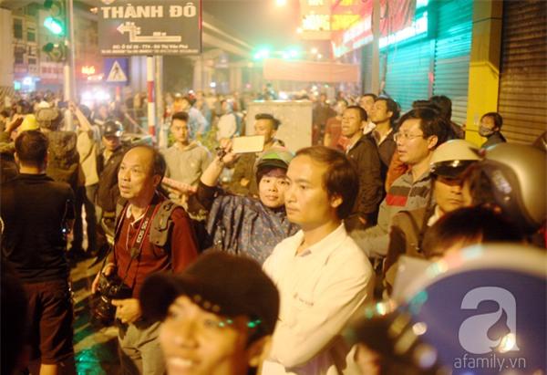 Hà Nội: Người dân đội mưa giữa đêm xem cẩu đầu tàu lên ray đường sắt trên cao - Ảnh 17.