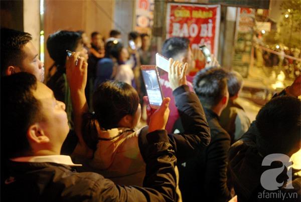 Hà Nội: Người dân đội mưa giữa đêm xem cẩu đầu tàu lên ray đường sắt trên cao - Ảnh 18.