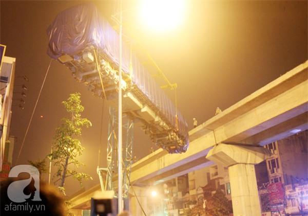 Hà Nội: Người dân đội mưa giữa đêm xem cẩu đầu tàu lên ray đường sắt trên cao - Ảnh 2.