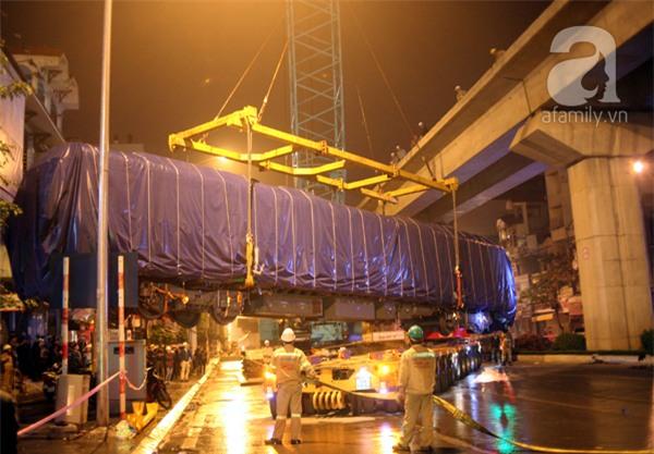Hà Nội: Người dân đội mưa giữa đêm xem cẩu đầu tàu lên ray đường sắt trên cao - Ảnh 3.