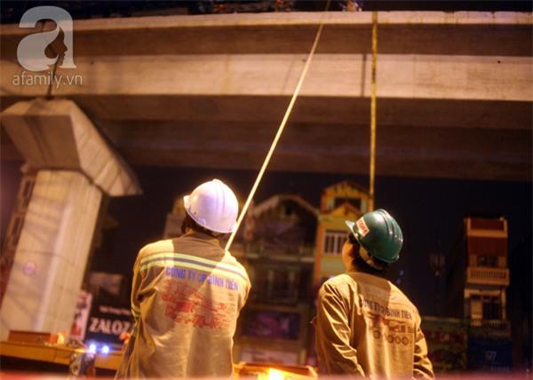 Hà Nội: Người dân đội mưa giữa đêm xem cẩu đầu tàu lên ray đường sắt trên cao - Ảnh 6.