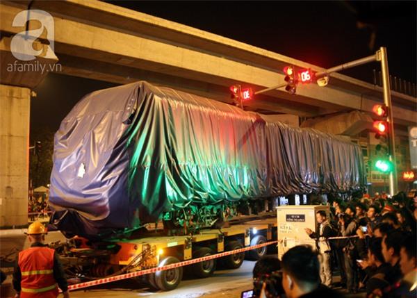 Hà Nội: Người dân đội mưa giữa đêm xem cẩu đầu tàu lên ray đường sắt trên cao - Ảnh 9.