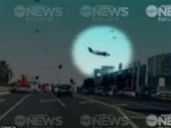 Khoảnh khắc đáng sợ ngay trước khi máy bay đâm vào trung tâm thương mại rồi nổ tung - Ảnh 1.