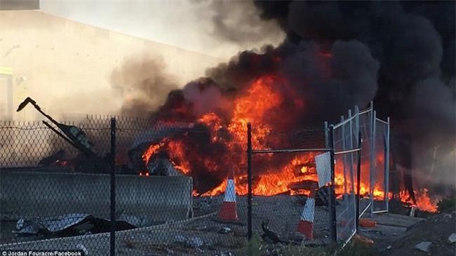 Khoảnh khắc đáng sợ ngay trước khi máy bay đâm vào trung tâm thương mại rồi nổ tung - Ảnh 4.