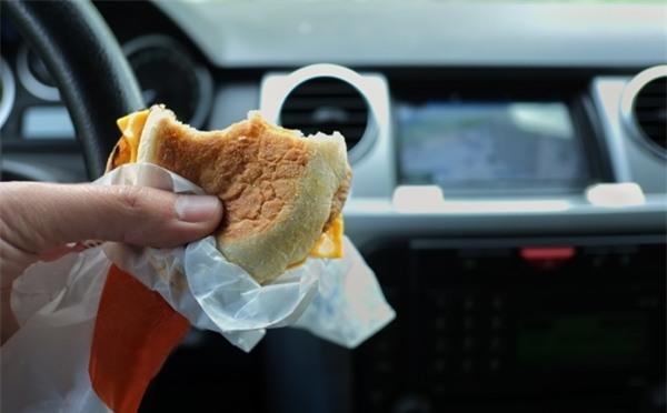 Giấy gói đồ ăn nhanh tiềm ẩn nhiều nguy hại với sức khoẻ do hầu hết chưa flo