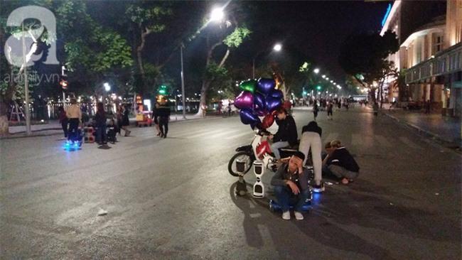 Hà Nội: Bé trai 8 tuổi gãy tay khi chơi xe điện tự cân bằng ở phố đi bộ - Ảnh 2.