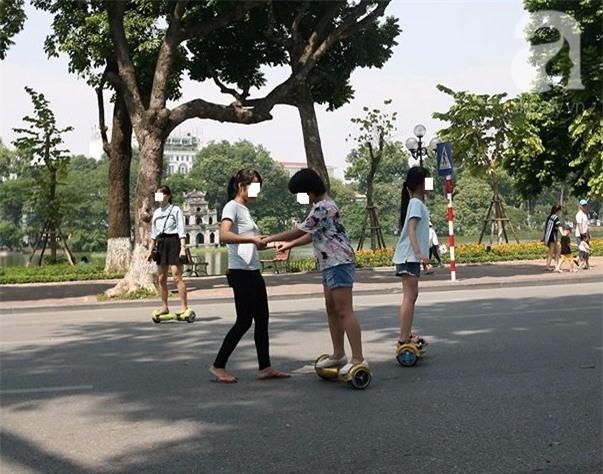 Hà Nội: Bé trai 8 tuổi gãy tay khi chơi xe điện tự cân bằng ở phố đi bộ - Ảnh 3.